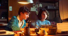 Devadesátky a internet jako nová mapa lásky v seriálu Generace 56K od Netflixu
