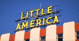 Apple TV+ spustí tenhle měsíc nový seriál s názvem Little America