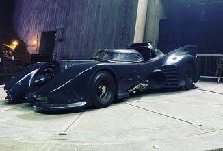 Uniklé fotky z Flashe ukazují klasický Batmobil i Supergirl