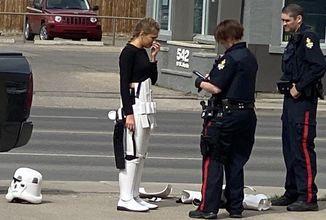 Polícia v Lethbridge bezdôvodne zatkla cosplayerku Stormtroopera zo Star Wars