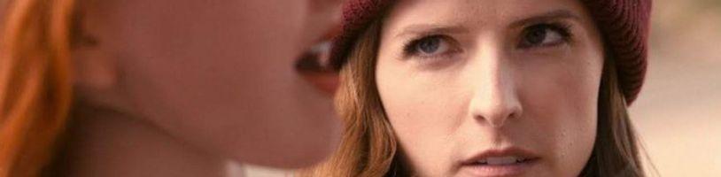 Anna Kendrick sa skamaráti s hovoriacou sexuálnou bábikou v seriáli Dummy