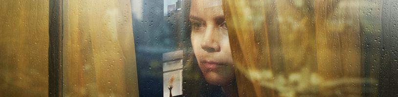 Mysteriózní drama Žena v okně udělá z Amy Adams úzkostnou svědkyni brutální vraždy
