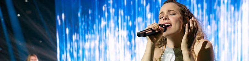 Spoznajte skutočnú speváčku za najlepšou pesničkou Netflixovskej Eurovízie