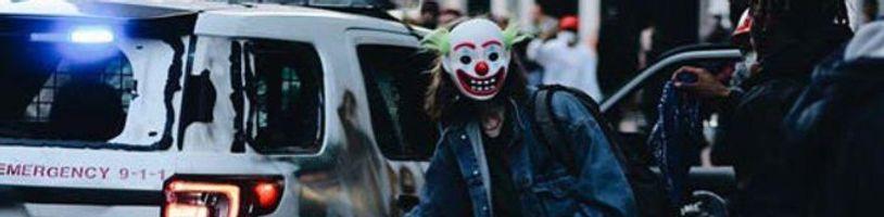 Muž v maske Jokera vyhodil do vzduchu policajné auto