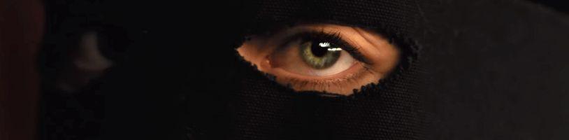 Amazon Prime udělá ze zvědavosti afrodiziakum v erotickém thrilleru The Voyeurs